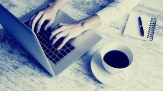 女性がコーヒーを飲みながらパソコンをする画像